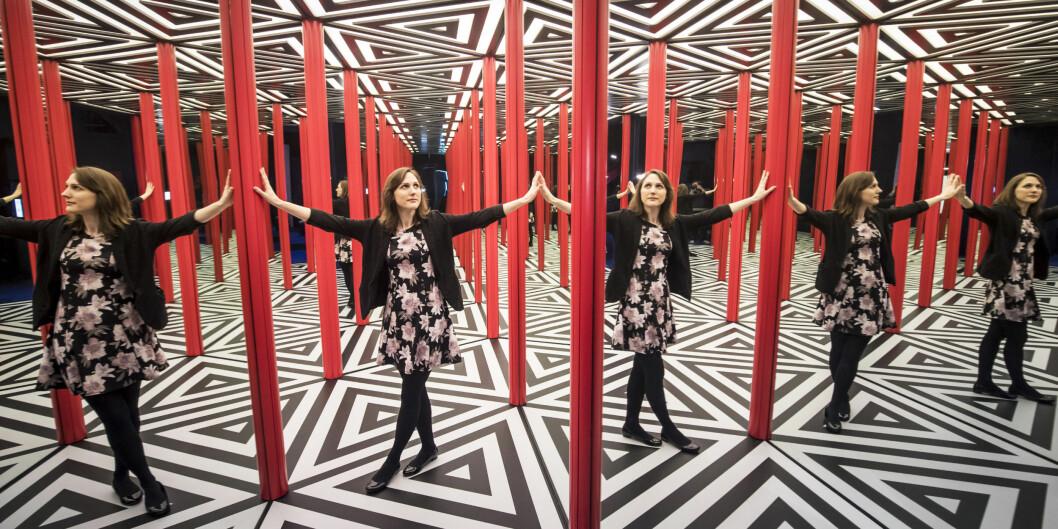 Her er museumsansatt Lorna Williams på en speil-installasjon i interaktive Wonderlab som blant annet er sponset av Equinor. Foto: Danny Lawson/scanpix NTB