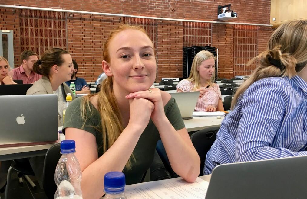 Emilie T. Skavhaug (23) tar mattekurs og søker grunnskolelærerutdanning 5.-10. trinn. Hun skal ikke undervise i matematikk. Foto: Øystein Fimland