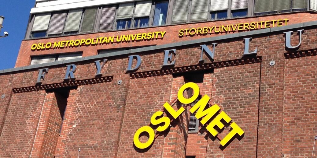 Skilting ved hovedinngangen til OsloMet-campus Pilestredet. Foto: Nils Martin Silvola
