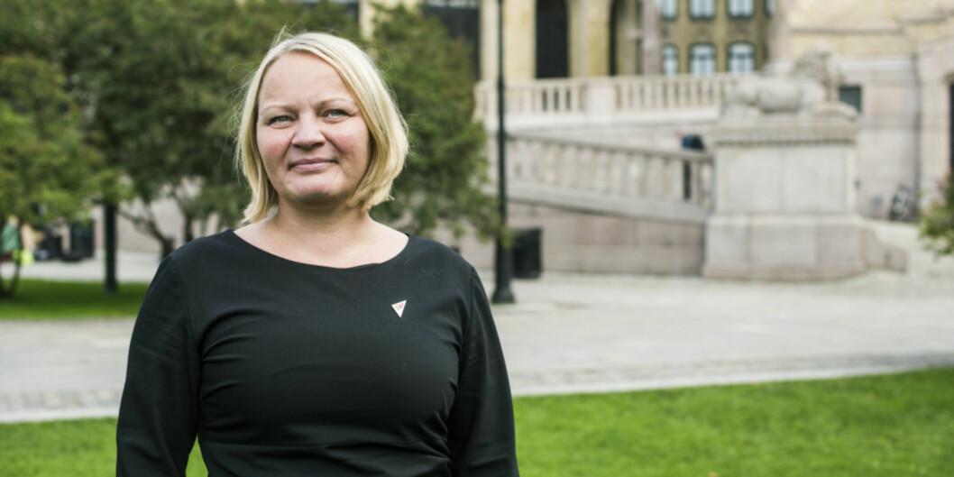 Mona Fagerås (SV) reagerer på at statsråd Iselin Nybø ikke viser mer vilje til å gi unviersitetene mer selvstyre når det gjelder kvotering ved opptak i studiene. Foto: SV