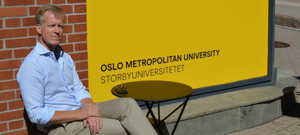 OsloMet-rektor Curt Rice er stolt av de nye skiltene, som har blitt kritisert for å sette engelske varianter først og høyest. Foto: Nils Martin Silvola