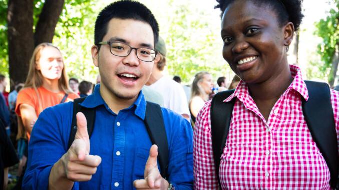 Sang Hoon Kim fra Sør-Korea og Hawa Dia fra Canada klare for studiestart ved UiO. Foto: Runhild Heggem