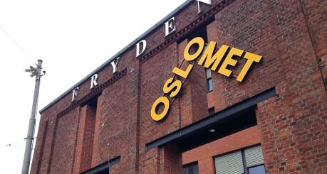 Flere av de nye OsloMet-skiltene er satt opp uten tillatelse