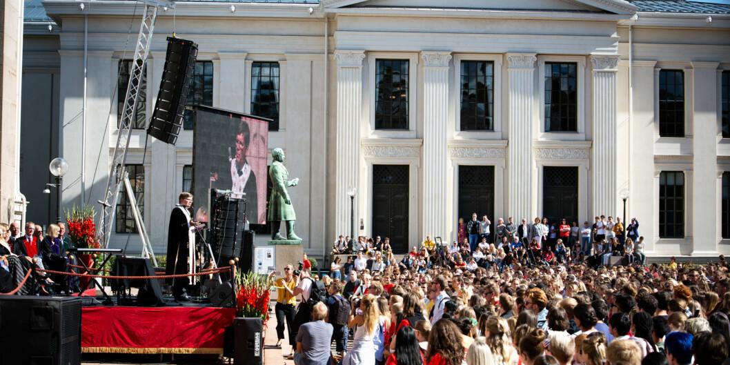 Fra studiestart, Universitetsplassen i Oslo. Rektor Svein Stølen taler. Foto: Runhild Heggem