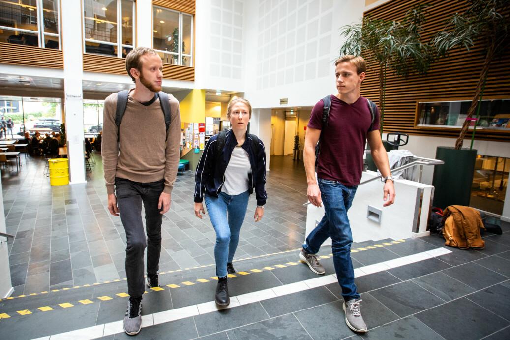 André Bockelie, Ida Trolle Andersson, og Tarald Dysvik Strander studerer byggfag på andre året på OsloMet. Timplanen er så rotete og krevende at den vanskeliggjør studiehverdagen og muligheter for å jobbe ved siden av. Foto: Runhild Heggem