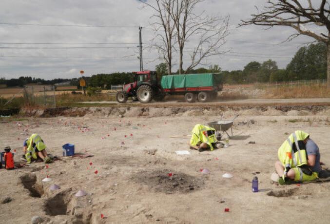 Arkeologene lukker seg inne for å slippe gjenskinn fra nettbrettene de bruker til å dokumentere arbeidet på. Foto: Ketil Blom Haugstulen
