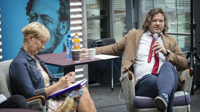 Dekan Jørn Varhaug ved UiA, her i på et debattmøte om valgt eller ansatt rektor 28.mai. Motdebattant er Anne Grete Ellingsen i næringsklyngen GCE Node. Foto: UiA