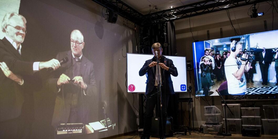 Rektor Gunnar Bovim i Trondheim og rektor Svein Stølen i Oslo, skrur på strømmen samtidig for det nye felles masterprogrammet innen musikk og teknologi. Foto: Siri Ø. Eriksen
