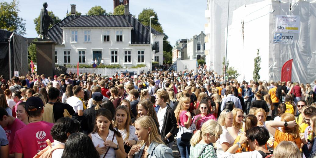 Fakultetene for samfunnsvitenskap og kunst, musikk og design på Universitetet i Bergen er de fakultetene på norske universiteter der studentene oftest drikker og bruker narkotika. Her fra studiestart ved UiB i 2018. Foto: UiB