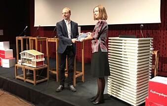 Statsråd Iselin Nybø delte ut formidlingsprisen til Bjørn H. Samset. Foto: Eva Tønnessen