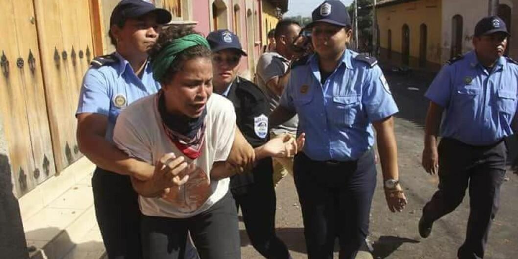 Medisinstudent Amaya Coppens i Nicaragua blir anholdt av politi etter en demonstrasjon tidligere i år. Siden september sitter hun arrestert. Foto: Norwin Mojica