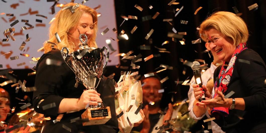 Maria Olsson ved UiT er en av finalistene i landsfinalen i Forsker Grand Prix lørdag kveld. Her mottar hun førsteplass i delfinalen fra UiT-rektor Anne Husebekk (t.h.). Foto: Sidsel Flock Bachmann