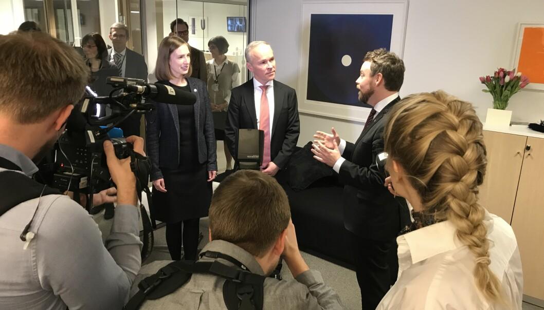 Statsrådene Iselin Nybø og Torbjørn Røe Isaksen (t.h.) vil øke bevilgningen til forskningsinstitutter. Her er de ved nøkkeloverleveringen januar 2018. Foto: Ketil Blom Haugstulen