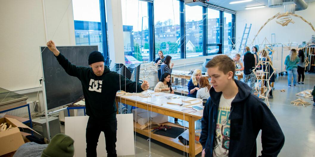 Studenter ved Institutt for produktdesign ved OsloMet fra et tidligere år i arbeid på et av verkstedene på Kjeller. Foto: Skjalg Bøhmer Vold