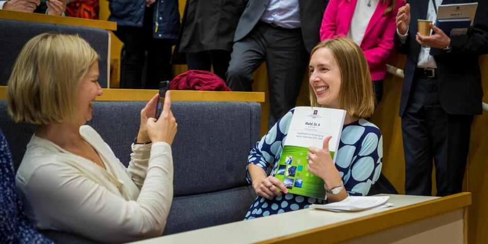 Forsknings- og høyere utdanningsminister Iselin Nybø vil ha innspill til hvordan få flere studenter til å reise ut av landet. Her avbildet med Langtidsplanen for forskning og høyere utdanning. Foto: Siri Øverland Eriksen.