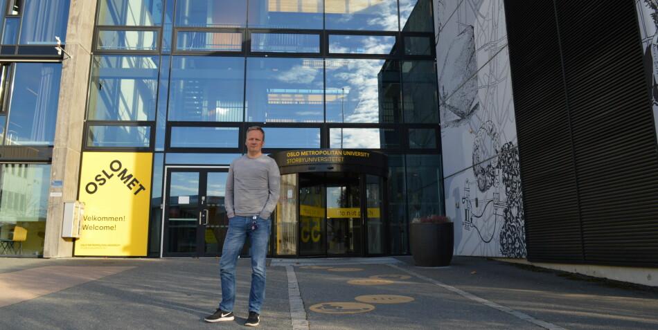 Roger Bakken er universitetslektor på yrkesfaglærerutdanningen på campus Kjeller, OsloMet. Han har sammen med noen andre skrevet brev om Kjeller-saken til styret med tittelen «Vi vil ikke isoleres på Kjeller» . I følge Bakken støtter 80 prosent av de ansatte på hans institutt innholdet i brevet. Foto: Eva Tønnessen
