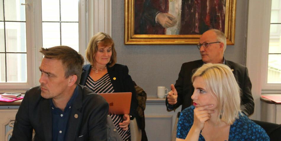 Jørgen Melve og Sofie Marhaug er begge kritiske til effektiviseringskutt. De stilte også spørsmål ved situasjonen ved Det juridiske fakultetet. Foto: Hilde Kristin Strand