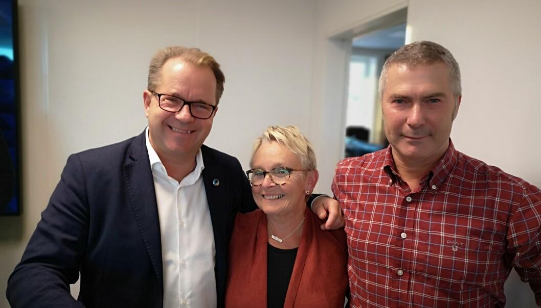 Egil Solli (t.h.) er ansatt som dekan de neste fire år, her sammen med rektor Bjørn Olsen og styreleder Vigdis Moe Skarstein. Foto: Tor Dybdal-Holthe