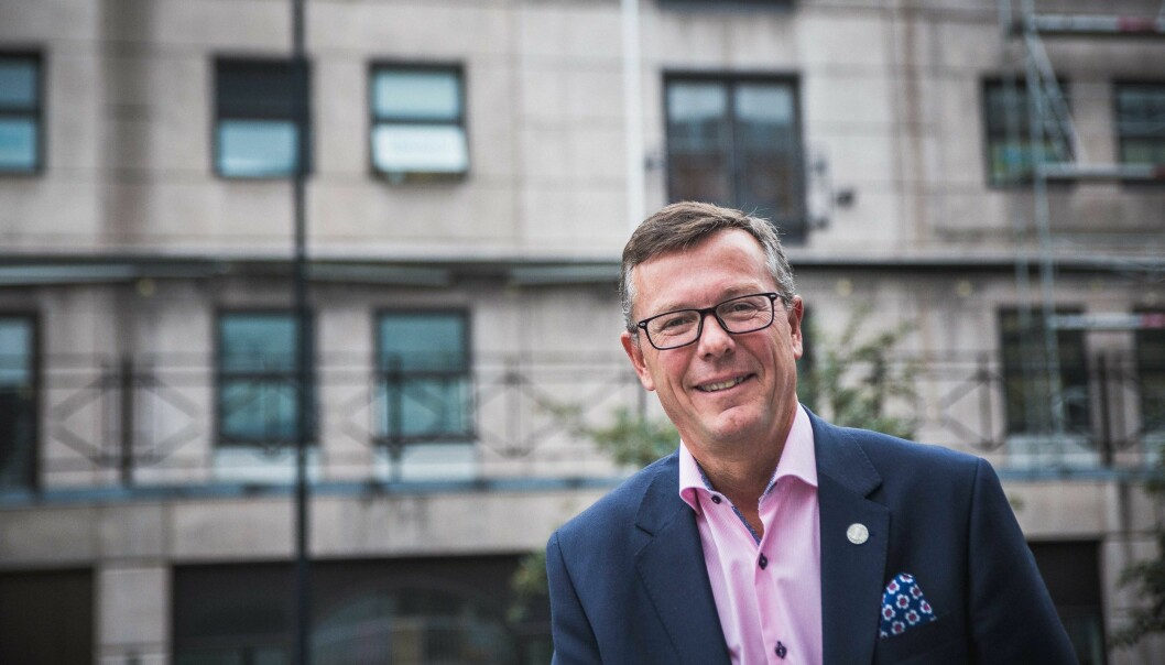 Dag Rune Olsen, rektor ved Universitetet i Bergen (UiB), er stadig på reise. Artikkelforfatterne mener UiB og andre i UH-sektoren må gjøre mer for å redusere klimagassutslipp. Foto: Siri Øverland Eriksen