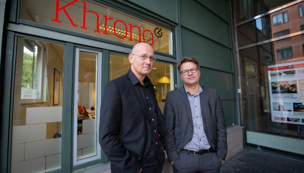 Jan Heiret (t.v.) og Tore Tungodden fra UiB har forhanldet med OsloMet om eierskap i Khrono. Her foran redaksjonslokalene i Oslo. Foto: Runhild Heggen
