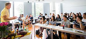 Rektor Curt Rice ved OsloMet ønsker årets kull på 31 studenter velkommen til kompletterende utdanning for sykepleiere fra land utenfor EU/EØS. Foto: Runhild Heggem