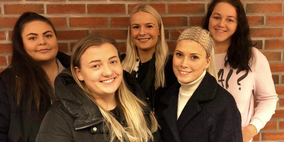 Vernepleiestudenter på Universitetet i Sørøst-Norge. Bak fra venstre: Karoline Wilhelmsen, Karina Hauge, Martha Garsjø. Foran fra venstre: Lene Kjellemo, Elin Borge. Foto: Privat