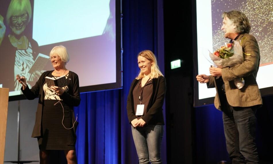 Tora Aasland deler ut årets Hjernekraftpriser til Nina S. Liland og Petter Bergerud. Foto: Ketil Blom Haugstulen