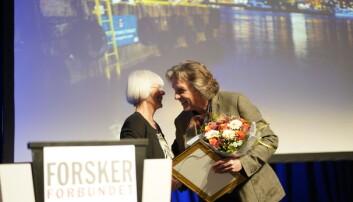 Petter bergerud mottar pris fra Tora Aasland. Foto: Ketil Blom Haugstulen
