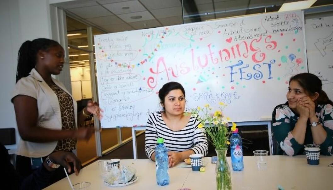 Sykepleiestudenter ved USN deltar på Akademisk språkkafé, der de får brukt vokabularet fra sykepleien. Foto: USN