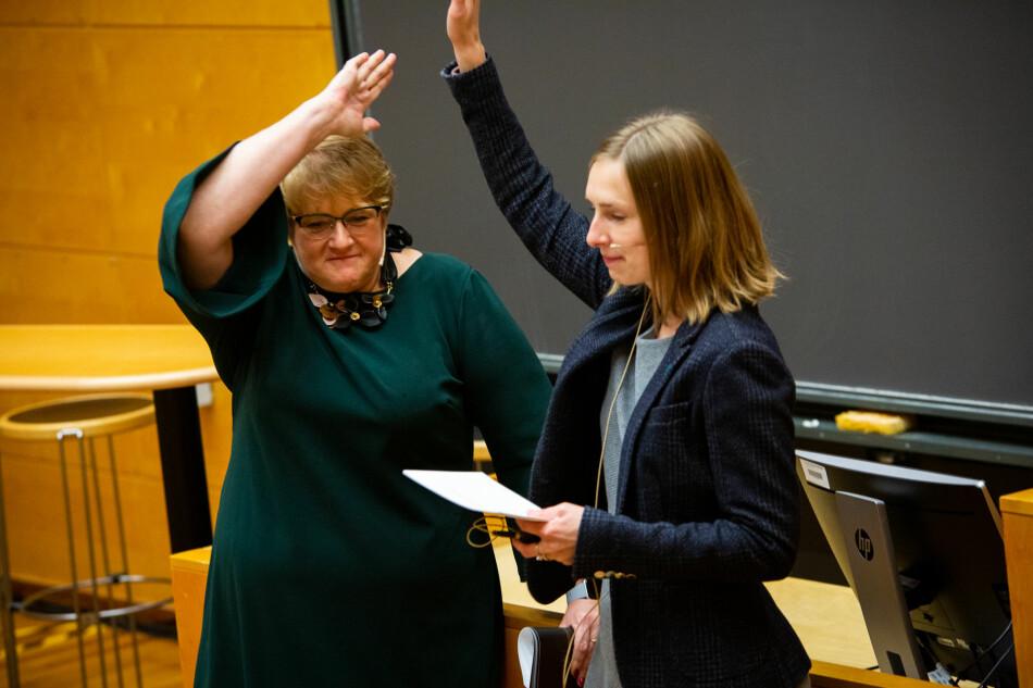 Trine Skei Grande på språkkonferanse sammen med Iselin Nybø på Universitetet i Oslo. Foto: Runhild Heggem