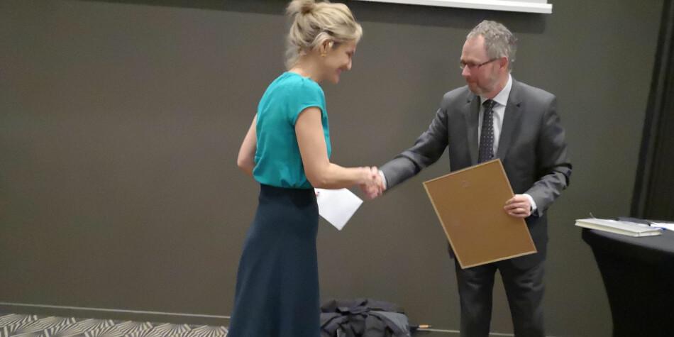 Dzenana Karadza fra internasjonalt kontor på NTNU mottok prisen fra Dikuss avdelingsdirektør, Vidar Pedersen. Foto:  Victoria Susanne Nydegger Schrøder