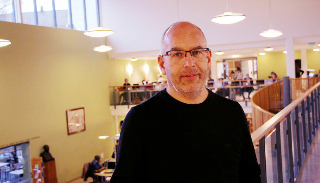 Danske Peder Gammeltoft leiar Språksamlingane, og er tilsett ved Universitetsbiblioteket. Han seier at debatten om fagspråk òg er noko ein har i Danmark. Foto: Hilde Kristin Strand