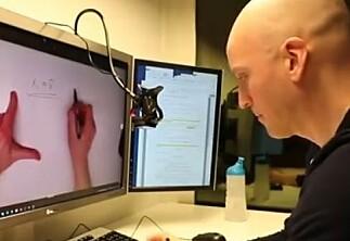 Han bruker nesten bare video i den digitale dialogen med studentene