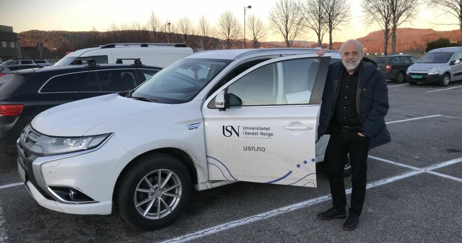 Rektor Petter Aasen ved Universitetet i Sørøst-Norge foretar mesteparten av reisene mellom universitetets åtte campuser, opp mot 30.000 kilometer i året, i denne bilen. Foto: Eva Tønnessen