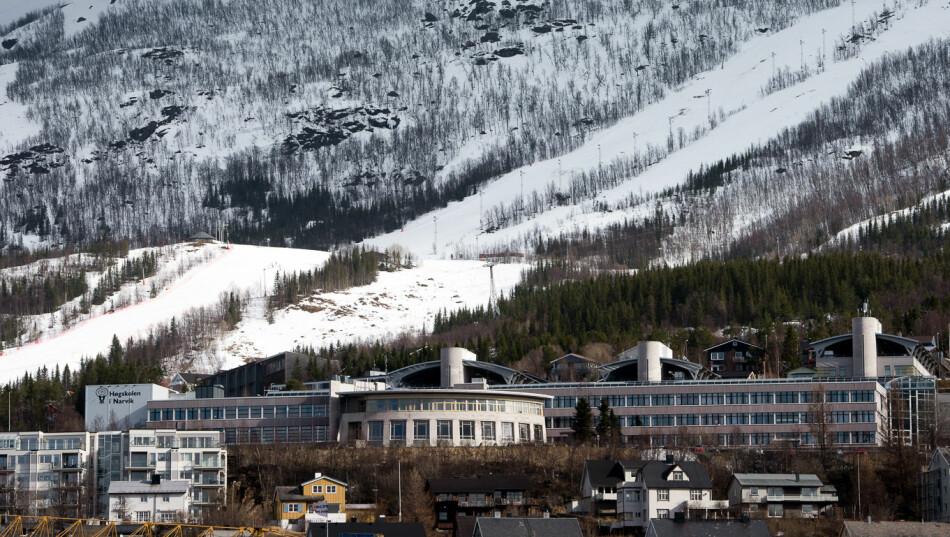 UiTs campus i Narvik ligger ved foten av alpinanlegget der Norge håper å arrangere VM i alpint i 2027. Foto: Skjalg Bøhmer Vold