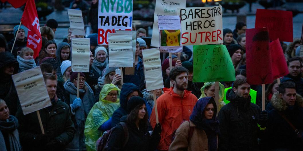 Hundrevis markerte støtte mot stipendomlegginen i ufyselig novembervær på Universitetsplassen i Oslo. Foto: Runhild Heggem