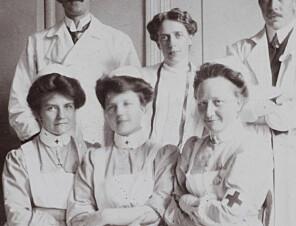 Jordmor- og sykepleiefagpionér Karethe Johnsen (foran t.h.) er blant kvinnene som har gitt nye navn til OsloMets bygninger. Foto: NTNU