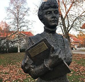 Her er statuen av Katti Anker Møller foran hennes hjemsted Sagatun på Hamar. Der feirer man 150-års jubileum for Kattis fødsel i år. Pilestredet 50 på OsloMet bærer hennes navn. Foto: Tove Lie
