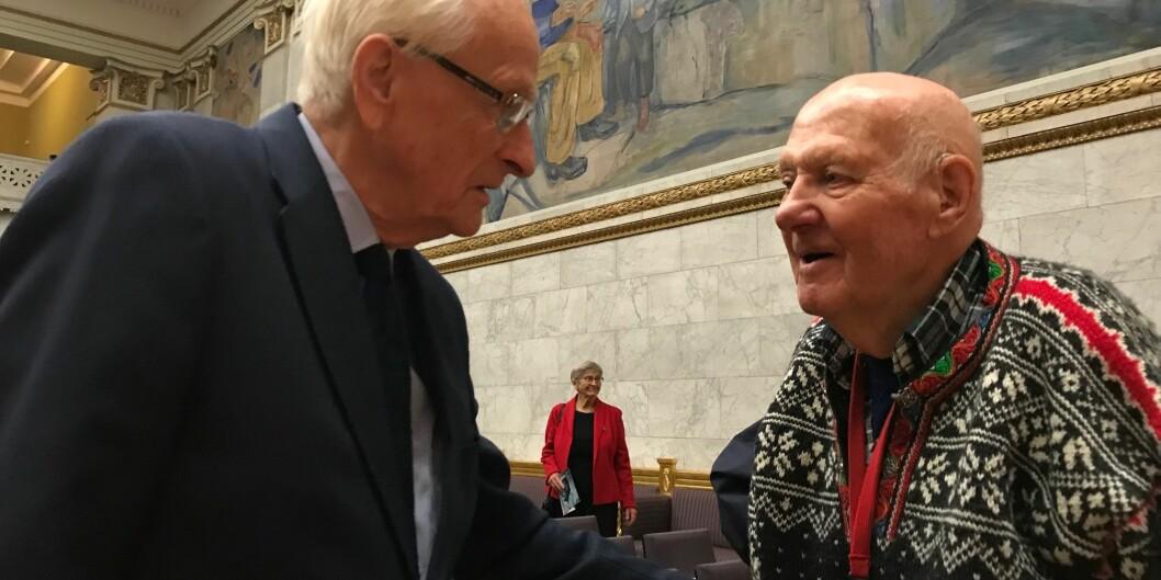 75 år etter at de som unge UiO-studenter ble tatt til fange i Universitetets aula møttes Georg Hille (t.v.) og Theodor Abrahamsen igjen på samme sted. Foto: Tove Lie