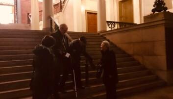 Her forlater Theodor Abrahamsen universitetets aula 75 år etter at han gikk ned den samme trappen med 1200 arresterte studenter. Foto: Tove Lie