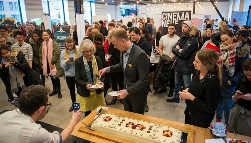 Studenthallen i Pilestredet 52 ble åpnet tidligere i år. Her deler OsloMet-rektor Curt Rice ut kake under åpningsarrangementet. Foto: Sonja Balci / OsloMet