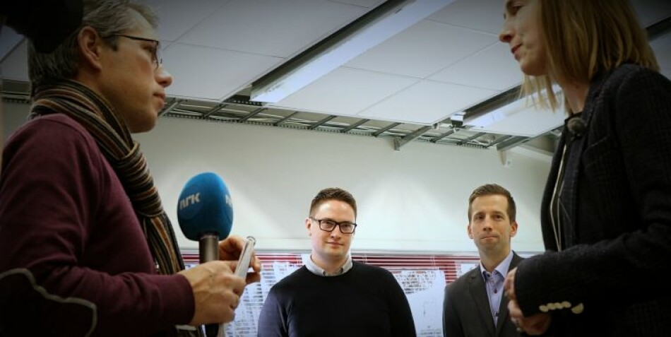 Iselin Nybø intervjues, mens Benestads produktsjef, Bjørn Simen Ljønes (t.h.), sier han er svært fornøyd med å ha USN-student Geir Osmund Aamli (til venstre) i praksis hos seg. Foto: Stian Kristoffer Sande