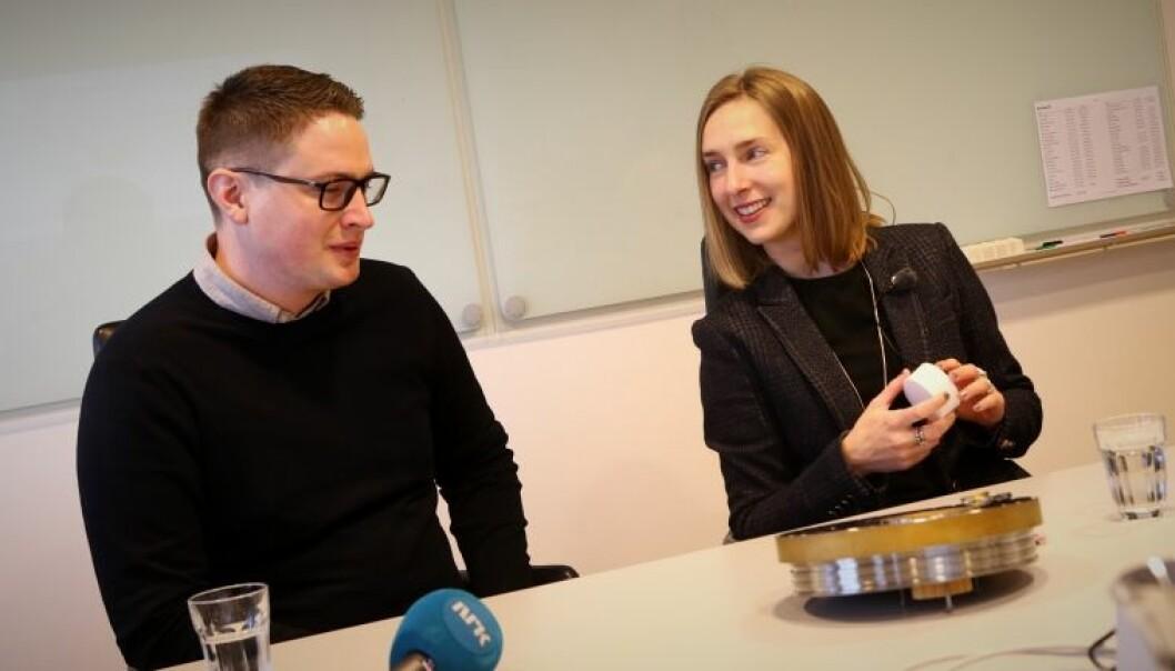 Masterstudent på Universitetet i Sørøst-Norge, Geir Osmund Aamli, i samtale med forsknings- og høyere utdanningsminister, Iselin Nybø. Foto: Stian Kristoffer sande/USN