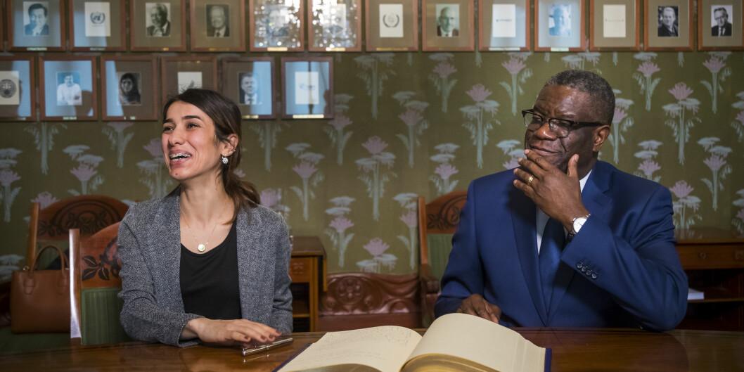 Nadia Murad fra Irak og Denis Mukwege fra Kongo tildeles Nobels fredspris for sin kamp mot seksualisert vold brukt som våpen i krig og væpnede konflikter. Her signerer de gjesteprotokollen ved Nobelinstituttet søndag kveld. Foto: Heiko Junge / NTB scanpix