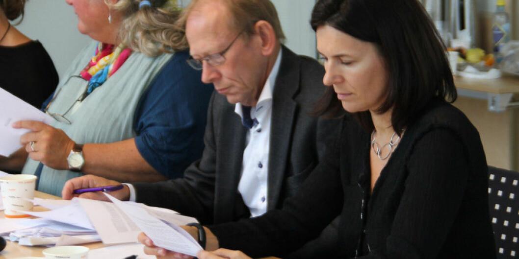 Professor Marit Skivenes (til høyre) ville utsette ansettelsessaken ved Institutt for sosialantropologi. Bildet er fra forrige fakultetsstyreperiode. Nå er Jan Erik Askildsen dekan, og ikke enig med Skivenes i denne saken. Anka Bjelland (til venstre) sitter ikke lenger i fakultetsstyret. Arkivfoto: Hilde Kristin Strand