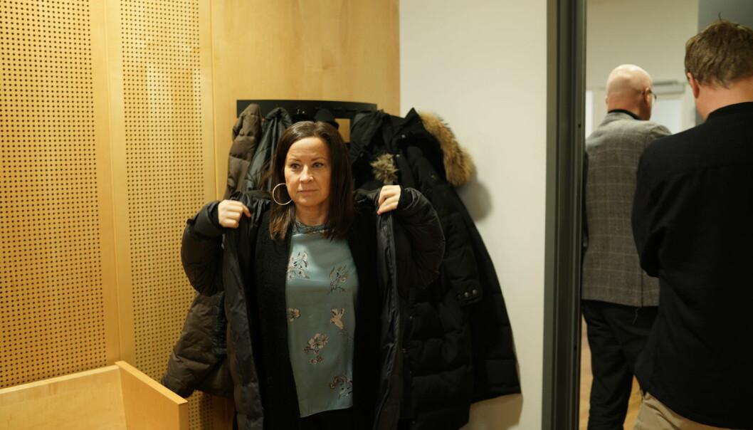 Forfatter Heidi Helene Sveen vitnet i Langelandsaken torsdag. Her er hun etter vitnemålet og med Langeland selv på vei ut døra. Foto: Ketil Blom Haugstulen