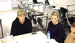 Studentene Johannes Moe (lærerutdanningen) og Helle Saxegård (fysioterapiutdanningen) bruker to dager på å diskutere caser de har felles med andre studenter fra andre studieretninger. Foto: Torkjell Trædal