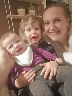 Rikke Røthing Halleland sammen med barna Magnus og Anna, som kom under lærerstudiene. Foto: Privat