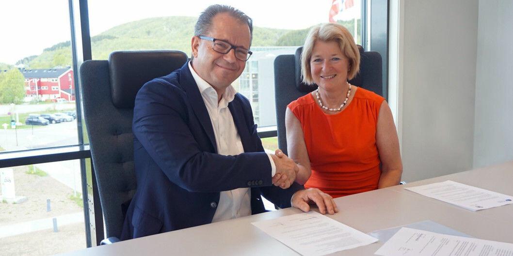 Rektor Bjørn Olsen ved Nord universitet og rektor Anne Husebekk ved UiT Norges arktiske universitet har signert samarbeidsavtale. Nå åpner Husebekk for fusjon. Foto: Nord universitet