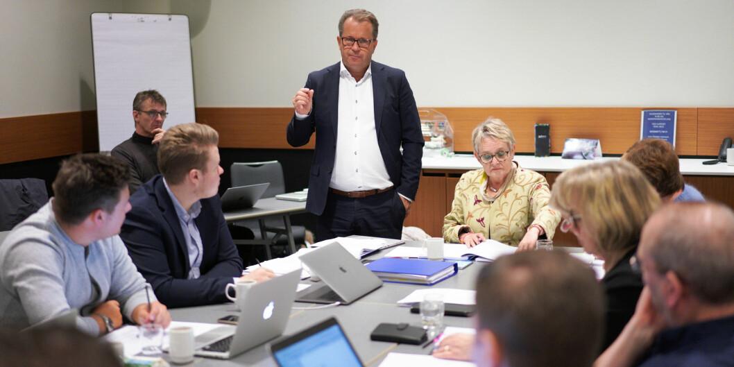 Rektor Bjørn Olsen orienterer styret ved Nord universitet under fredagens offisielle møte der blant annet campus-struktur var tema. Foto: Ketil Blom Haugstulen